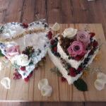 Doppelherz-Hochzeitstorte mit aufgesetztem kleinen Herz