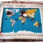 Geburtstagstorte mit essbarer Weltkarte und kleinen Motiven