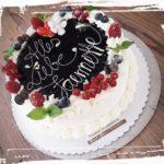 Geburtstagstorte mit frischen Früchten