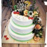 dreistöckige Hochzeitstorte mit wilden Blüten