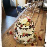 zweistöckige Hochzeitstorte mit Wimpelkette