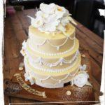 3 stöckige Hochzeitstorte in Aprikofarben