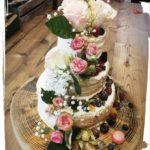 halb naked Cake, halb eingestrichene Hochzeitstorte