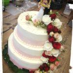 3 stöckige Hochzeitstorte mit Rosenwasserfall