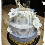 3. stöckige Hochzeitstorte in Streifenoptik in lila