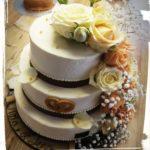 Hochzeitstorte mit echten Rosen